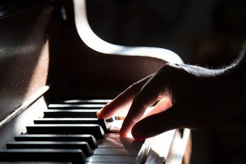 האם אפשר ללמוד לנגן פסנתר דרך האינטרנט?